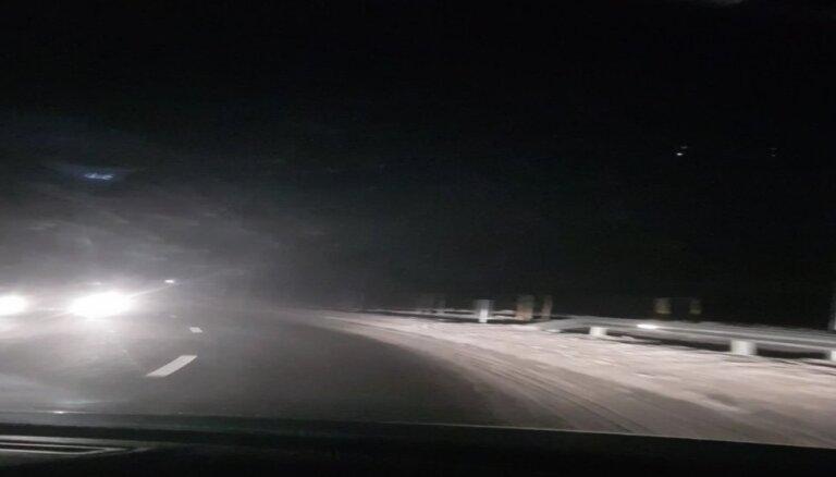 """ЗАБАВНОЕ ВИДЕО: В Марупе """"моргают"""" фонари, создавая праздничное настроение"""