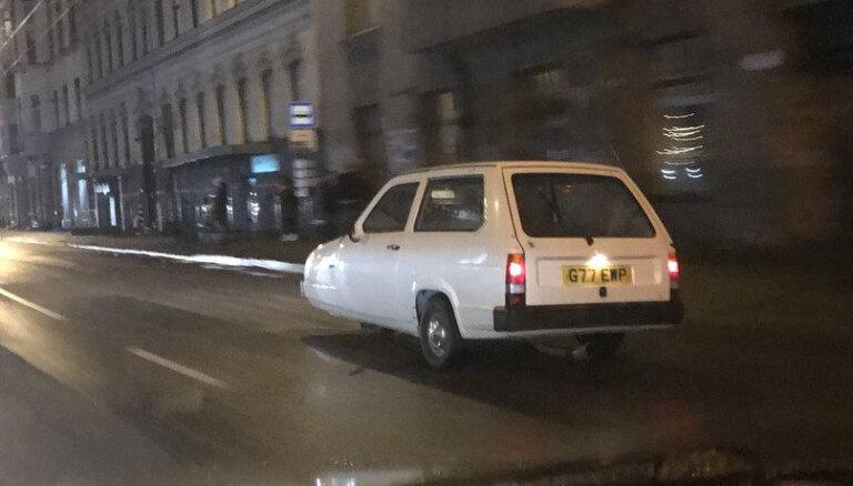 Foto: Rīgā pamanīts Mistera Bīna nicinātais trīsriteņu auto 'Reliant Robin'