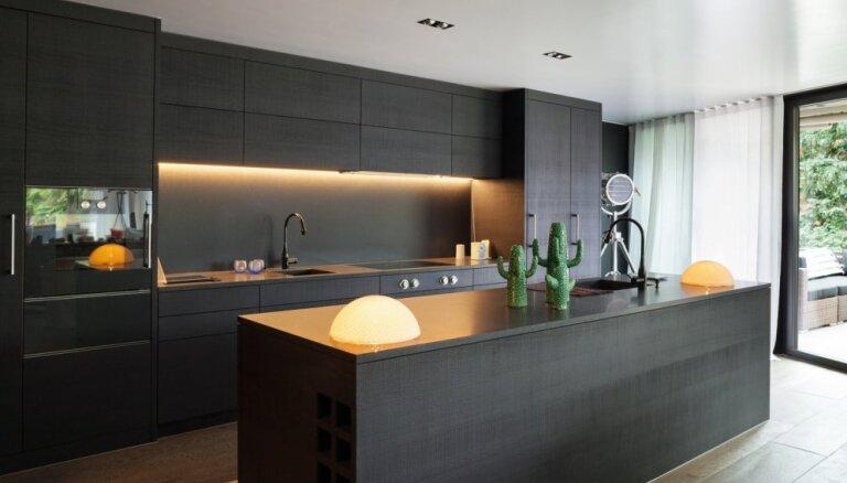 Melna vai balta: pārbaudi, kāda virtuve tev vislabāk piestāv