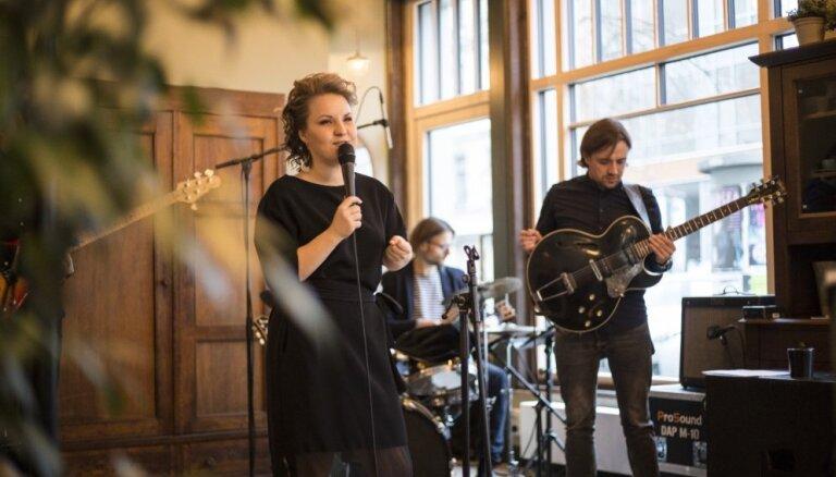 Foto: Džeza dziedātāja Kristīne Prauliņa nosvin mini albuma iznākšanu