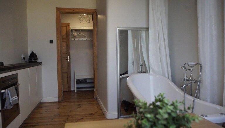 "ФОТО. С ванной на кухне: необычно меблированная квартира с видом на стадион ""Даугава"""