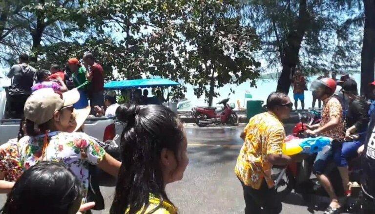Aculiecinieka video: Taizemē ar ūdens šaltīm un laistīšanos atzīmē Jauno gadu