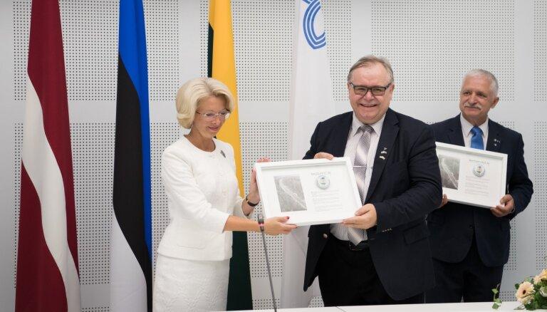 Foto: Ar kaimiņvalstu parlamentāriešu klātbūtni Saeimā svinīgi atklāta Baltijas ceļa zāle