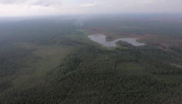 Video: Latvijas un Lietuvas bruņoto spēku helikopteri turpina ugunsgrēka Valdgales pagastā dzēšanu