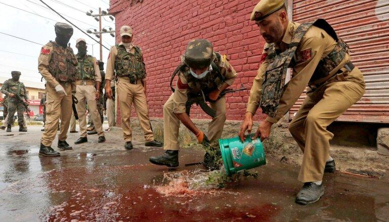 Kašmirā augot spriedzei, kaujinieki nogalina trīs policistus