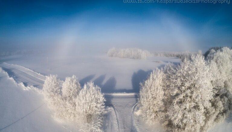 """ФОТО. """"Снежная радуга"""" и восход солнца зимним днем в Веселаве"""
