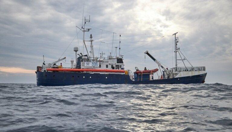 Vācijas aktīvistu organizācija aicina palīdzēt tās migrantu glābšanas kuģim 'Alan Kurdi'