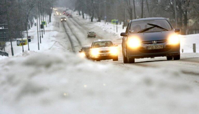 Uz autoceļiem daudzviet veidojas apledojums