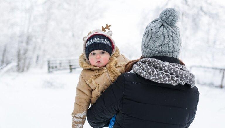 Kā izzināt pasauli ar zīdaini un mazu bērnu aukstajā janvārī