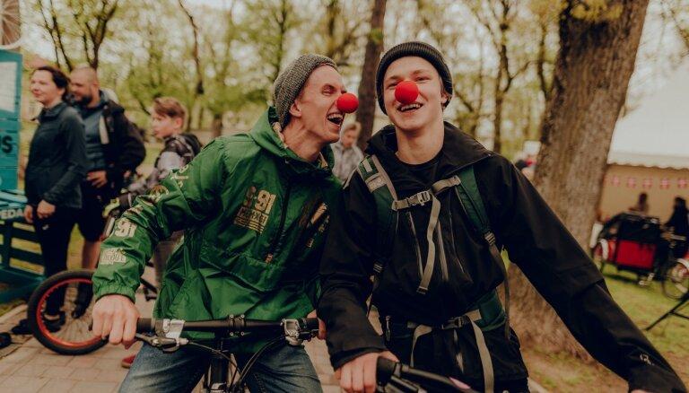 Foto: Valmierā ar aktīvu garu festivālu vasaru atklājis 'Kino Pedālis'