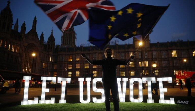Lielbritānijas parlaments nobalso pret visām 'Brexit' līguma alternatīvām