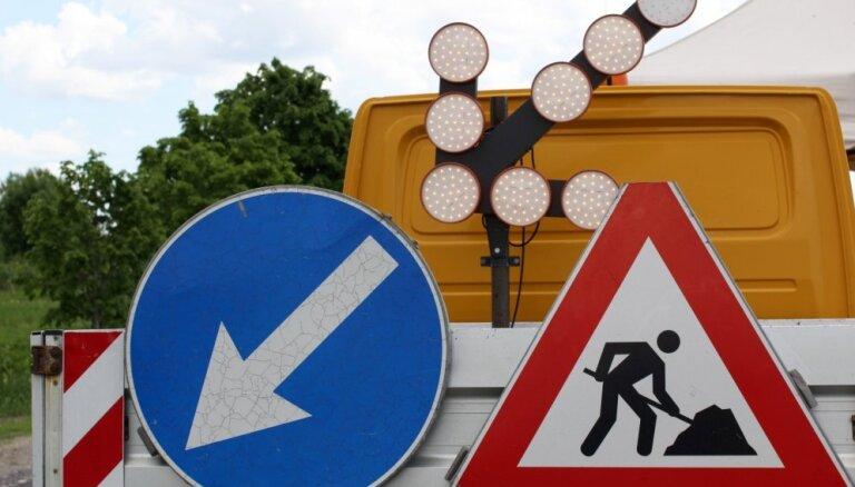 Вниманию водителей: в уик-энд на многих дорогах Латвии— дорожные ограничения, придется потратить дополнительный час в пути
