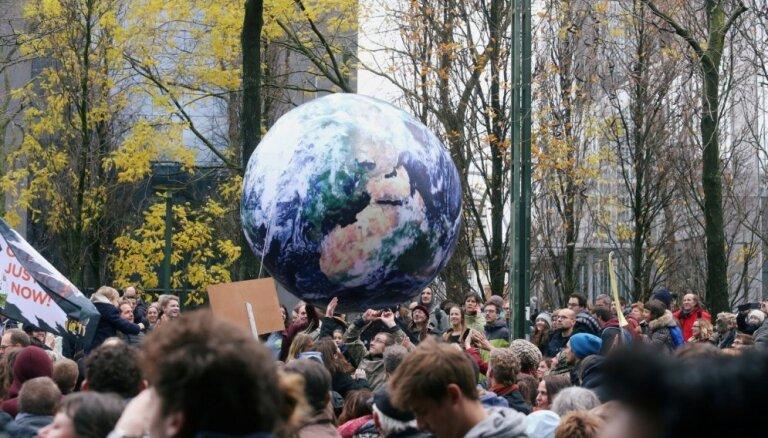 Foto: Tūkstošiem cilvēku Briselē pieprasa atbildīgākus lēmumus cīņā pret klimata pārmaiņām