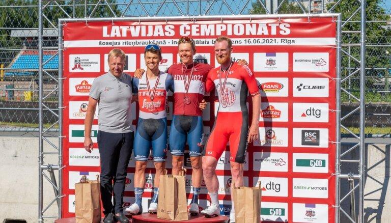 Skujiņš par spīti velosipēda defektam triumfē Latvijas čempionātā solo braucienā