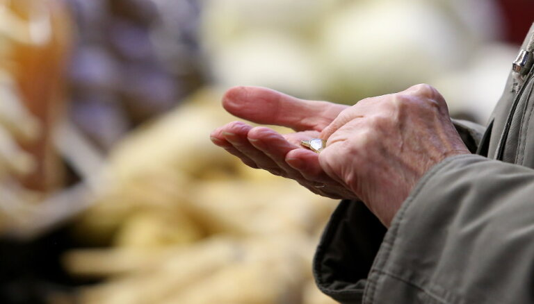 Sirmgalve notic peļņas solījumam – krāpniekam atdod visu pensiju un malkas naudu