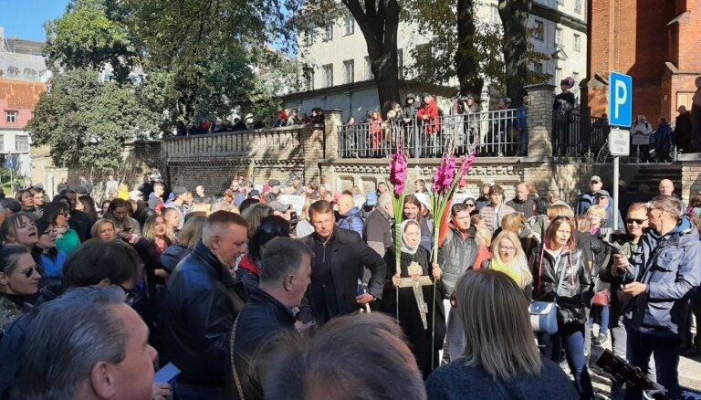 Spītējot policijas lūgumam, Rīgā pulcējas protestētāji. Video tiešraide