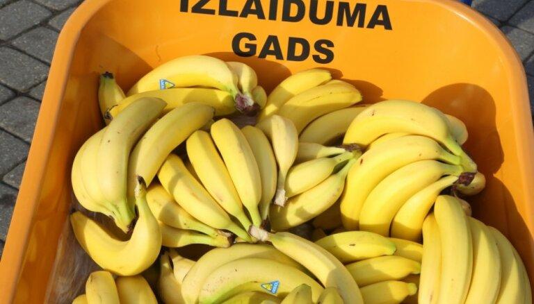 Video: 'Izlaiduma gada' 'banānu akcijā' iesaistās arī kultūras ministre