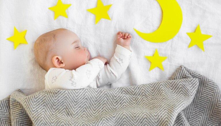 Cik daudz diennaktī jāguļ 6–8 mēnešus vecam zīdainim