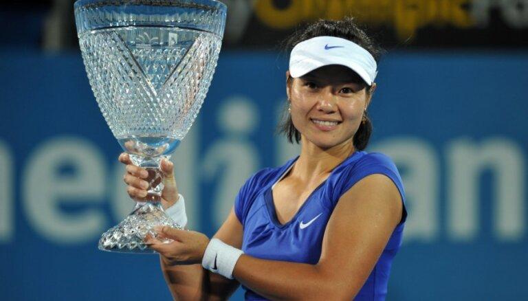 Ķīnas tenisiste Li Na pārsteidzoši uzvar Sidnejas turnīrā