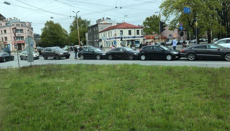 """ФОТО: """"Паровозик"""" на перекрестке улицы Бривибас и Земгала гатве"""