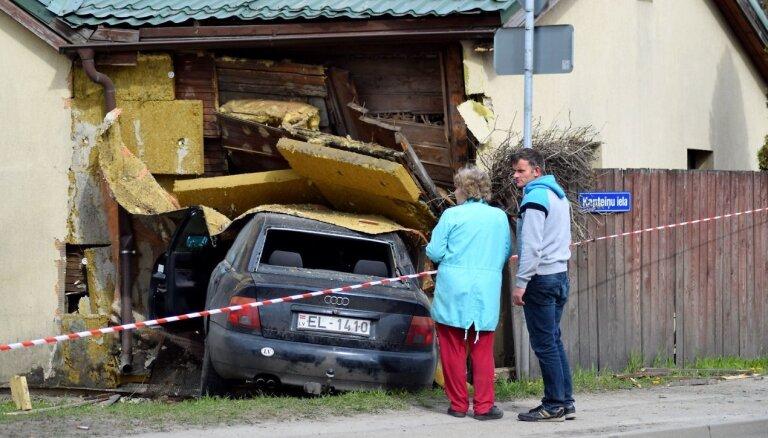 ДТП в Болдерае: машина врезалась в угол жилого дома, обрушив стену