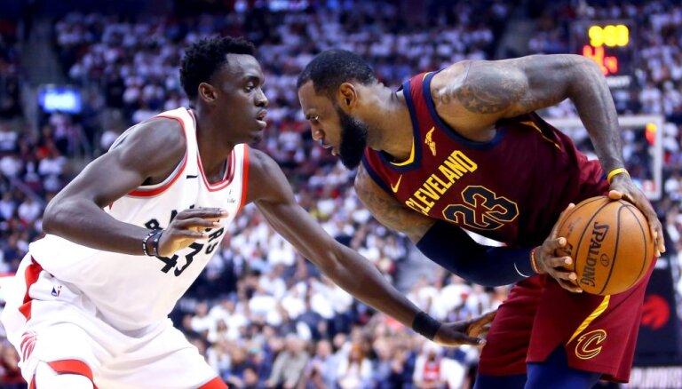 Lebrona Džeimsa 43 punkti 'Cavaliers' ļauj pieveikt 'Raptors'