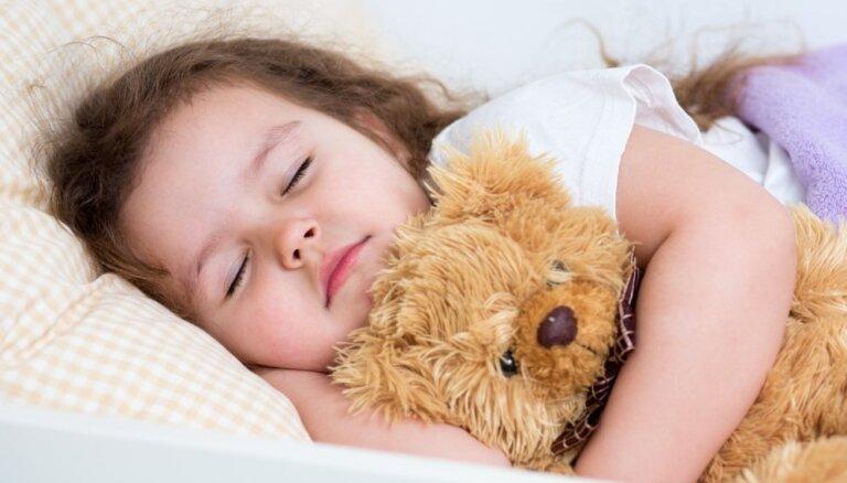 Piecas pazīmes, kas liecina – diendusā bērnu vari vairs nelikt čučēt