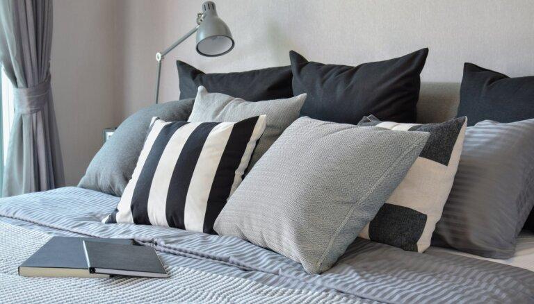 Gluži kā viesnīcā – piecas idejas spilvenu izkārtošanai gultā
