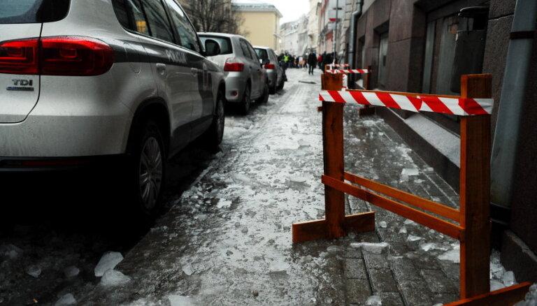 Vecpilsētā vīrietis nokrīt uz ledus klātas ietves un gūst pleca traumu