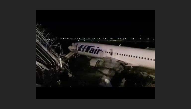 """ВИДЕО: Пассажирский """"боинг"""" потерял крыло при аварийной посадке в Сочи"""
