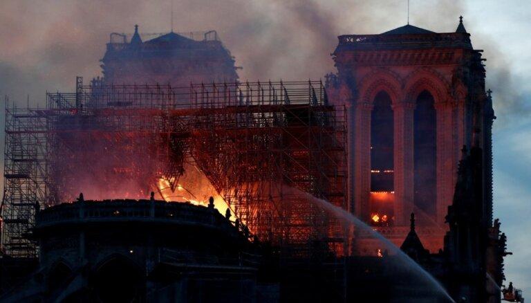 No liesmām glābta Parīzes Dievmātes katedrāles centrālā daļa. Teksta tiešraides arhīvs
