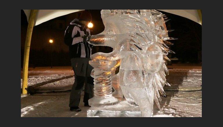 Laikapstākļi ievieš izmaiņas Jelgavas ledus skulptūru festivālā