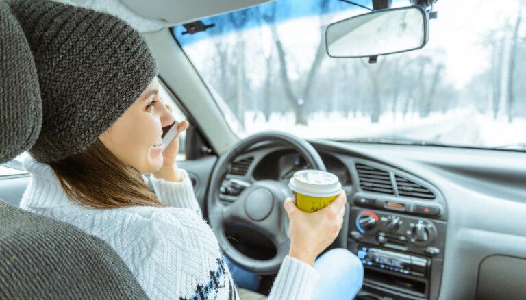 60% autovadītāju ar mobilo telefonu pie auto stūres risina darba jautājumus