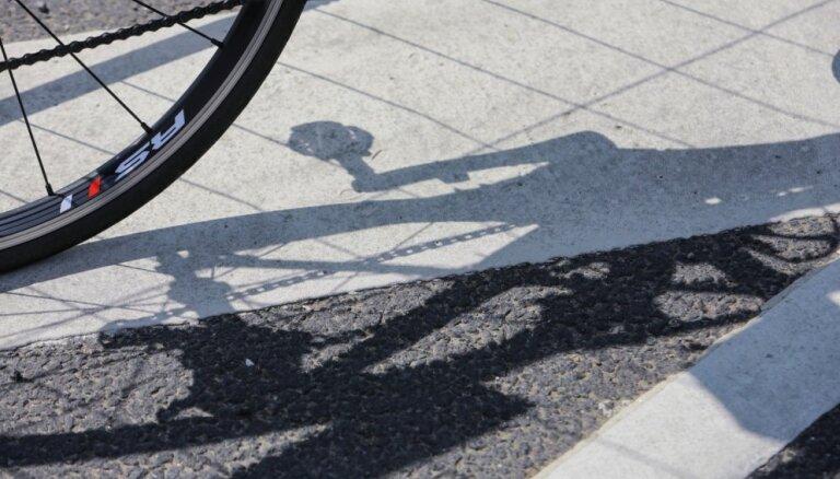 Kurzemē slimnīcā nogādāts vilciena notriekts velosipēdists