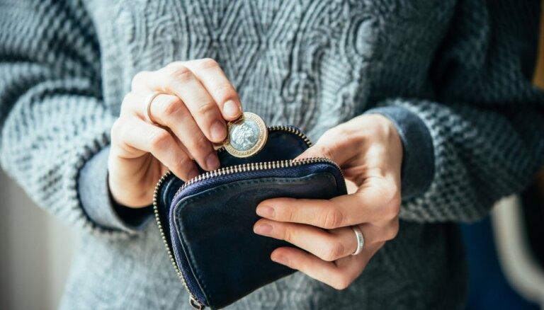 Ekonomisti: iedzīvotāju ienākumi samazināsies, aprīlī tas jau redzams privātpersonu kontu apgrozījumos