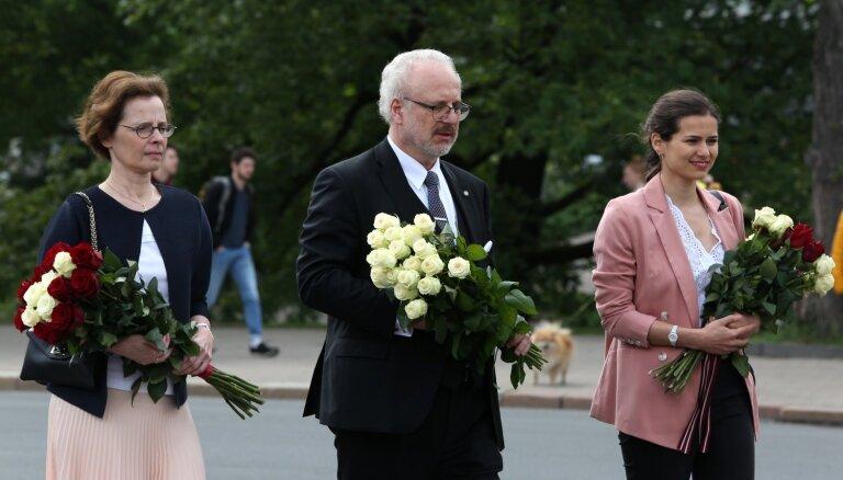 Foto: Levits un viņa ģimene noliek ziedus pie Brīvības pieminekļa