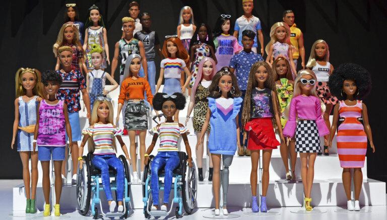 Foto: Bārbija ratiņkrēslā un iecienītāko multeņu varoņi – ASV izrāda rotaļlietu jaunumus