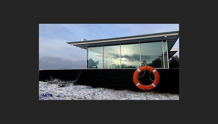 Pašvaldība: Īpašnieks sācis sagatavošanās darbus Pāvilostas 'mājas-kuģa' pārvietošanai