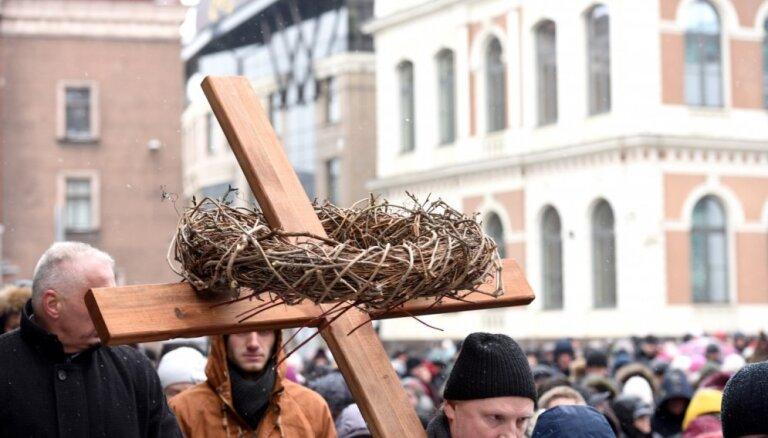 Ekumeniskais Krusta ceļš Rīgā pulcē aptuveni 1000 cilvēkus