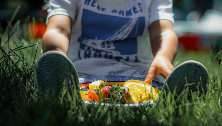 Lai omīšu bažas par izsalkumu nepārvēršas sāpošā puncī: bērna ēdienkarte vasarā