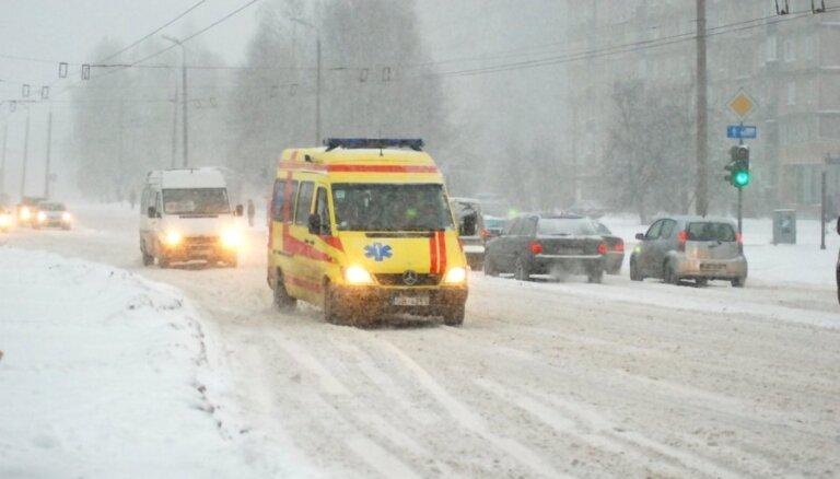 В центре Риги микроавтобус сбил велосипедистку: полиция ищет свидетелей