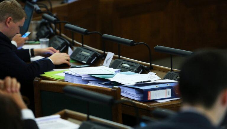 Opozīcija varētu sasaukt Saeimas ārkārtas sēdi par pensiju likuma grozījumiem