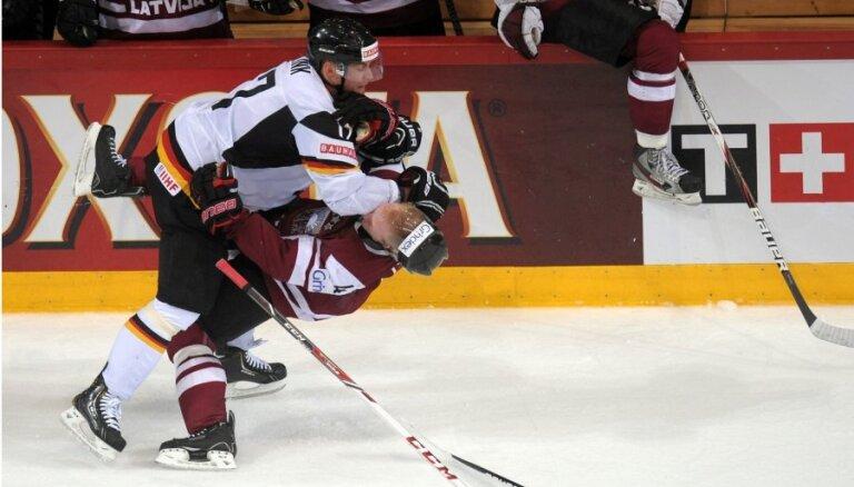 Fotoreportāža: Latvijas hokejisti nespēj iemest ripu Vācijas vārtos