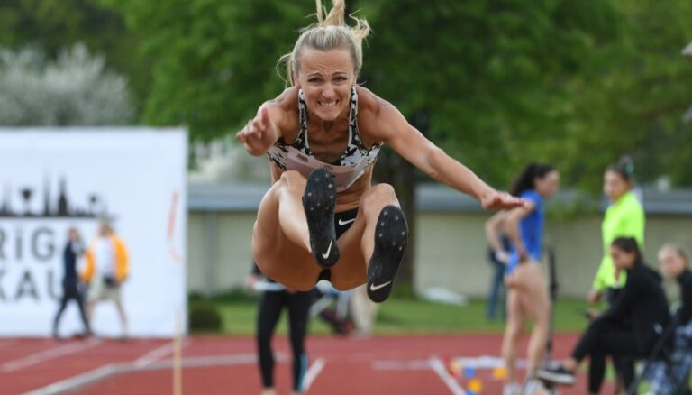 Māsas Grīvas uz goda pjedestāla starptautiskās tāllēkšanas sacensībās Dānijā