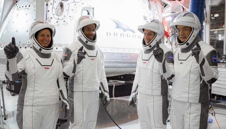 Kosmosa stacijā būs jāsaspiežas – 'SpaceX' dodas ciemos jau ar četriem cilvēkiem