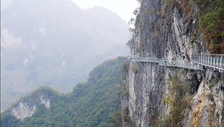 Pastaigu taka Ķīnā, kas atrodas baisā augstumā un veidota no stikla