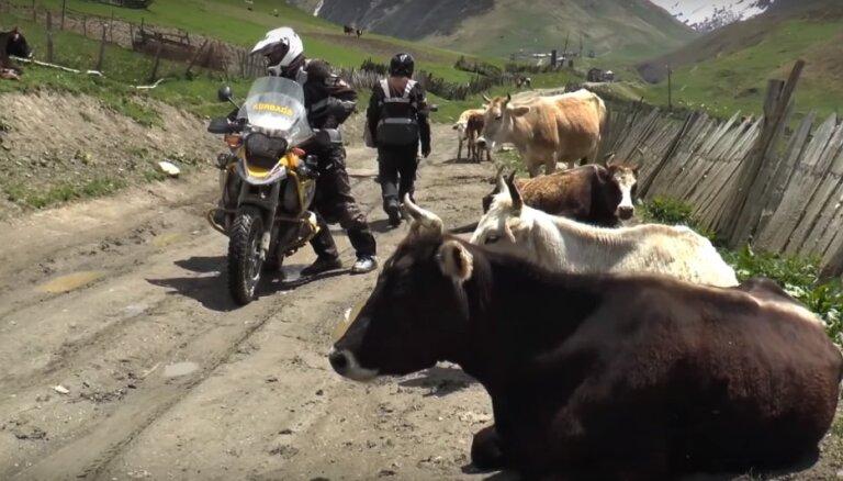 Ceļotāju piedzīvojumi Gruzijā: pirmatnīgi ciematiņi un tradicionāli labumi