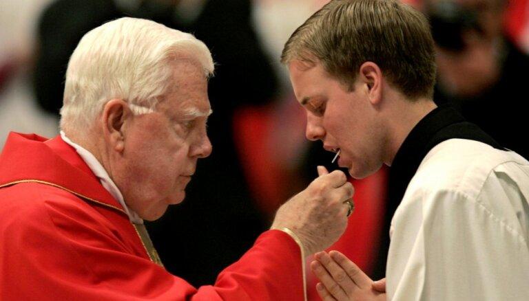 Pāvests apmeklēs pedofilu piesedzēja kardināla Bernarda Lo bēres