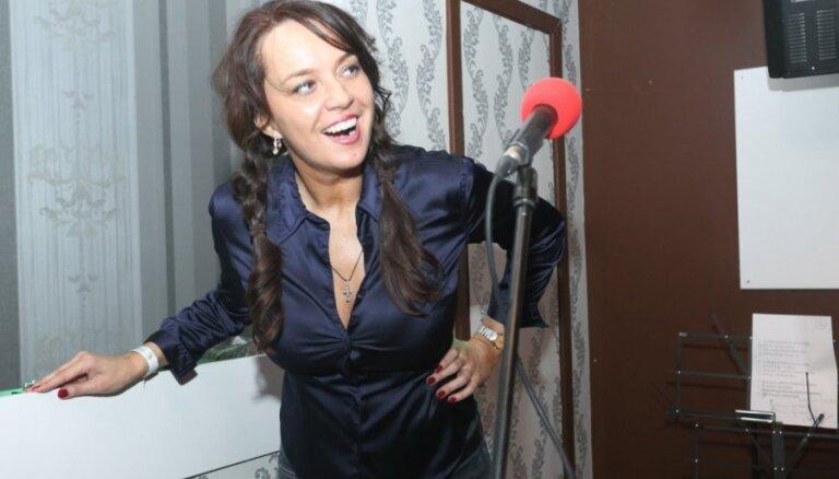 Žaklīna Cinovska skarbi kritizē TV3 un Sipenieci