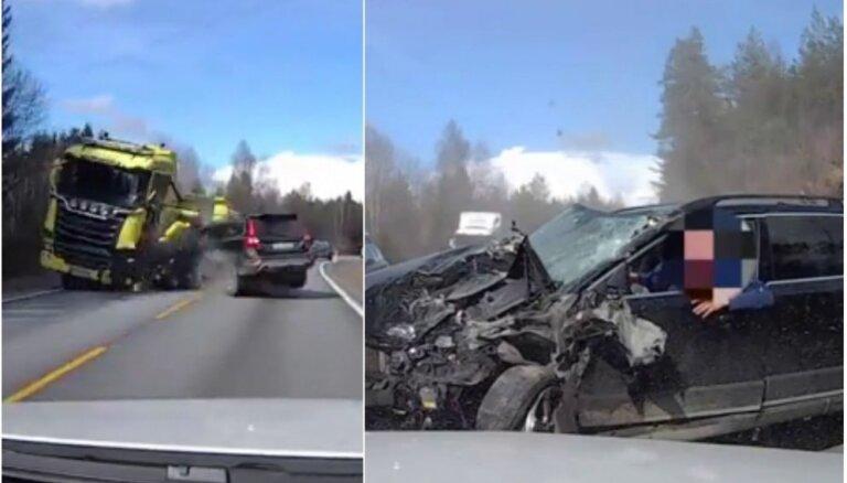 Video: Norvēģijā 'Volvo' autovadītājam brīnumaini paveicas frontālā sadursmē ar kravinieku